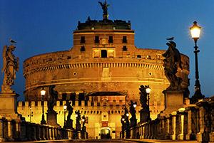 Ponte Sant'Angelo illuminato di notte
