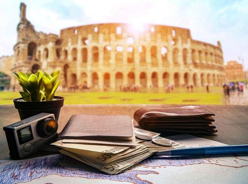 Mappa, fotocamera e documenti utili con il Colosseo sullo sfondo